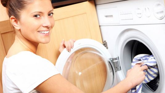 mujer-lavando